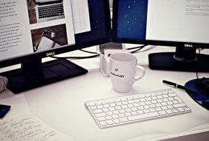 Clavier, café et écran.